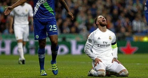 Sergio Ramos, de rodillas sobre el césped, en un lance ante el Wolfsburgo