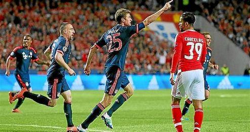 Müller celebra su gol ante el Benfica.