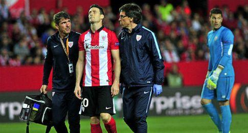 Aduriz se marcha lesionado del Sánchez Pizjuán.
