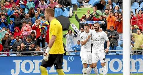 Benzema y James celebran el primer gol del partido.
