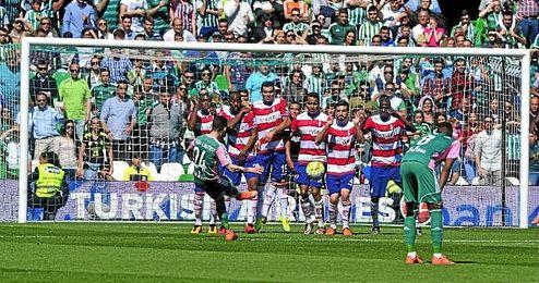 Rubén Castro, autor de 17 goles esta temporada, anotó de falta directa ante el Granada el tanto que suponía el 2-0 definitivo.