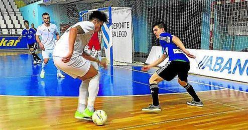 El luqueño Keko, que ayer marcó dos tantos, presiona la salida de uno de los jugadores gallegos.