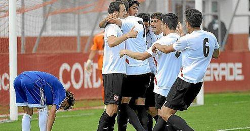 Los jugadores del Sevilla Atl�tico celebra un gol ante la Balona.