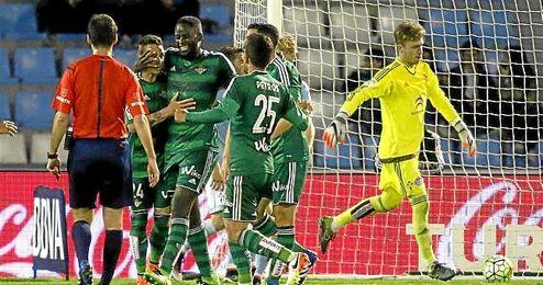 N�Diaye celebra su gol en Bala�dos con sus compa�eros.