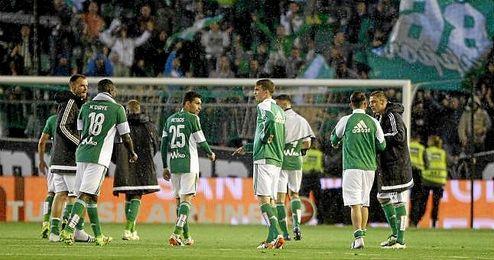Los jugadores verdiblancos tras la victoria de ayer.