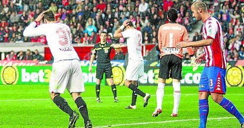 Los jugadores del Sevilla lamentan una ocasión fallada en su última visita a El Molinón, en 2012, cuando perdieron ante el Sporting (1-0).