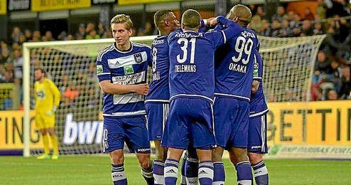 Dennis Praet celebra un gol con sus compa�eros en el campeonato belga.