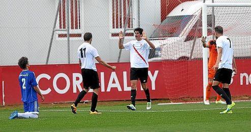 Carlos Fern�ndez celebra uno de los goles ante la Balona.