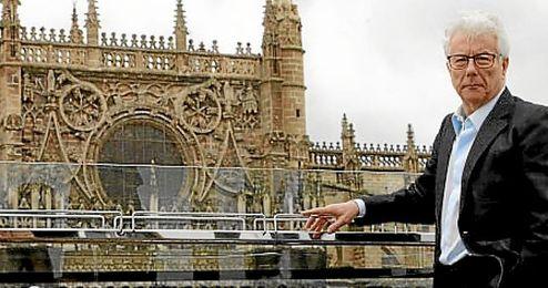 el autor frente a la catedral sevillana