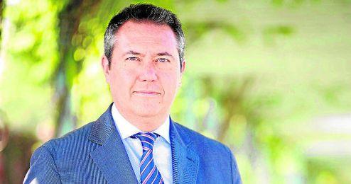 """El alcalde, Juan Espadas, espera que en el derbi """"ganen todos los sevillanos""""."""
