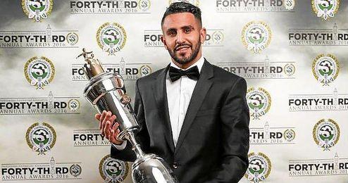 El jugador del Leicester con el premio a mejor jugador.