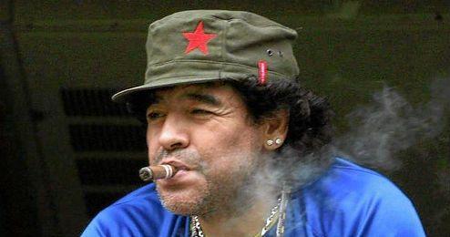 Diego Armando Maradona viendo un partido de Boca Juniors.