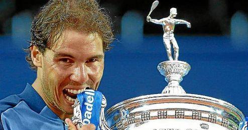 Nadal muerde su �ltima trofeo, el Conde de God�.