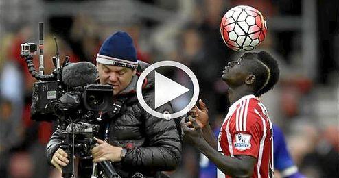 La broma del árbitro a Sadio Mané tras su 'hat-trick'