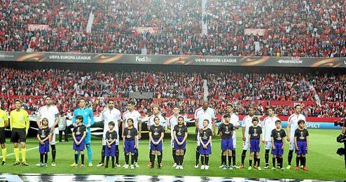 Salida de los jugadores del Sevilla ante el Athletic acompañados de niños.