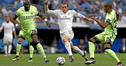 Bale conduce el balón ante Mangala y Fernandinho.