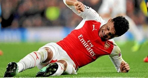 Oxlade cayó lesionado en la Liga de Campeones frente al FC Barcelona.