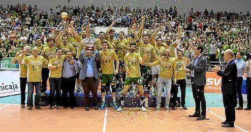 Jugadores y cuerpo técnico del Unicaja Almería levantando el título de campeón.
