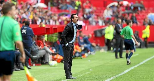 Emery da unas indicaciones en la banda del Sánchez Pizjuán.