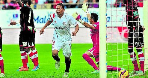El colombiano Carlos Bacca fue uno de los grandes protagonistas ante el Granada la pasada campaña al anotar un doblete.