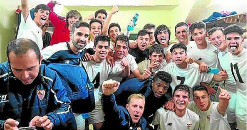El Sevilla celebró por todo lo alto en su vestuario la victoria conseguida sobre el Betis.