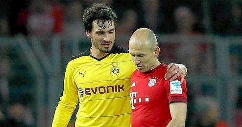 Mats Hummels hablando con Arjen Robben, futuro compañero.