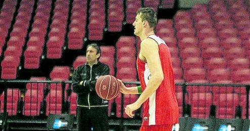 El checo Ondrej Balvin, durante un entrenamiento, con el técnico Luis Casimiro observando la evolución de los suyos.