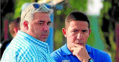 En la imagen, Esteban Molina, todavía presidente del Écija, junto a Juan Carlos Gómez, entrenador del conjunto azulino.