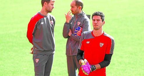 David Soria, en el entrenamiento de ayer, con su ´jefe´, Javier García, al fondo.