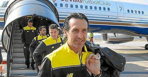 El Sevilla bajando del avión en Basilea en el mes de marzo.