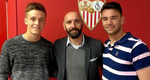 Genaro y Juan Soriano posan junto a Monchi.