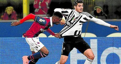 Mbaye persigue a Morata en el Bolonia-Juventus.