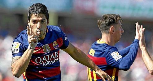 Suárez celebra uno de sus tantos en Los Cármenes.