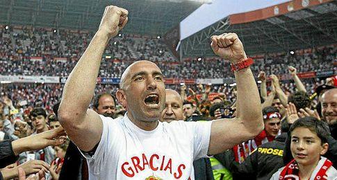 Abelardo, celebrando la permanencia.