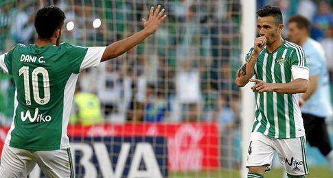Celebración de Rubén Castro, tras marcar de penalti.