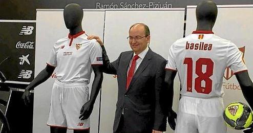Jos� Castro posa la nueva equipaci�n del Sevilla.