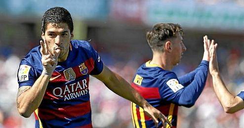 Luis Su�rez celebrando uno de sus tantos frente al Granada.