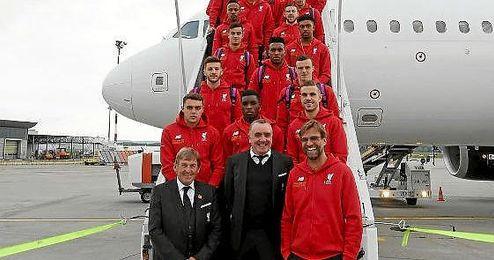 La expedición del Liverpool posa en la escalerilla del avión que les llevó a Basilea.