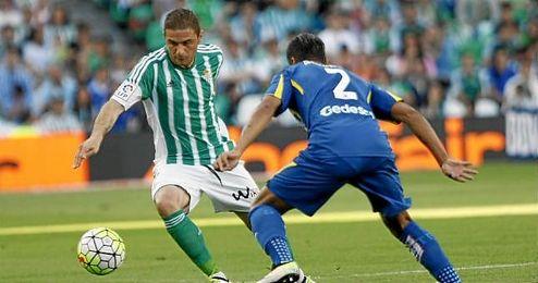 Joaquín intenta driblar a un jugador del Getafe.