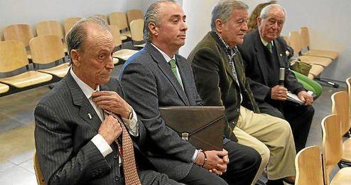 José León, expresidente del Betis (segundo por la izqueirda) junto a Lopera.