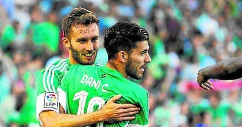 Dani Ceballos felicita a Germán Pezzella tras el gol del argentino ante el Getafe.