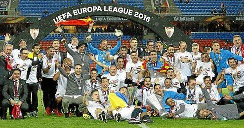 Los sevillistas celebran la consecución de su quinta Europa League.