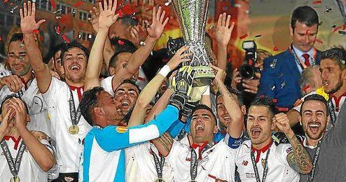 Reyes, levantando la copa de campeón.