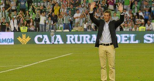 Juan Merino despidiéndose de la afición del Betis en el último partido liguero ante el Getafe.