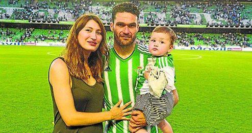 Jorge Molina posa con su mujer (Aitana) y su hija Mia en su despedida del Benito Villamarín.