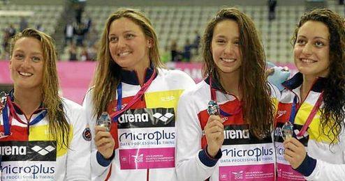 Mireia Belmonte, Melani Costa, Fátima Gallardo y Patricia Castro con la medallas.