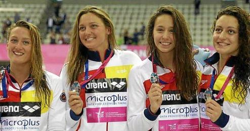 Mireia Belmonte, Melani Costa, F�tima Gallardo y Patricia Castro con la medallas.