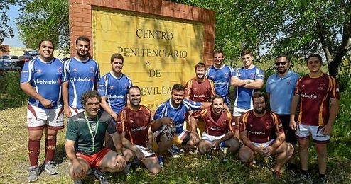 La plantilla del Helvetia Rugby posa para ESTADIO en la puerta del centro penitenciario.