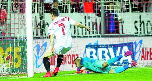 Gameiro ha hecho dos goles al Barcelona desde que llegó al Sevilla.