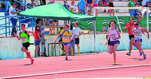 La cuarta jornada del Circuito Provincial de Atletismo en Pista, organizada en Carmona, contó con la presencia de 230 chicos y 362 chicas.